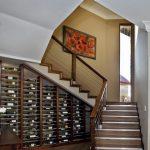 Rangement bouteille de vin sous escalier