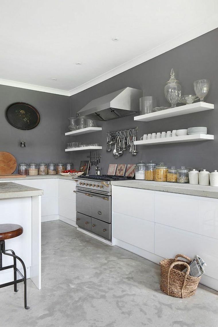 Peinture dans cuisine blanche