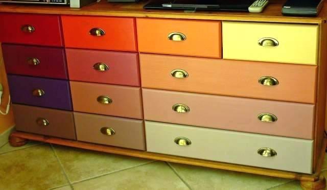 Peinture décorative sur meuble en bois