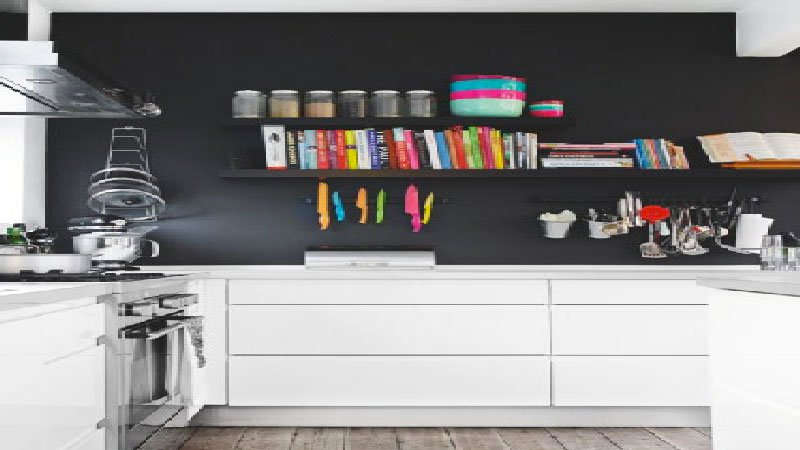 Peinture avec une cuisine blanche